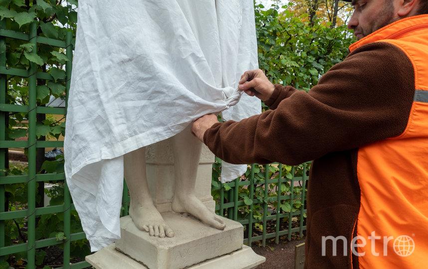 """Укрывать скульптуры будут ещё четыре дня. Фото Святослав Акимов, """"Metro"""""""