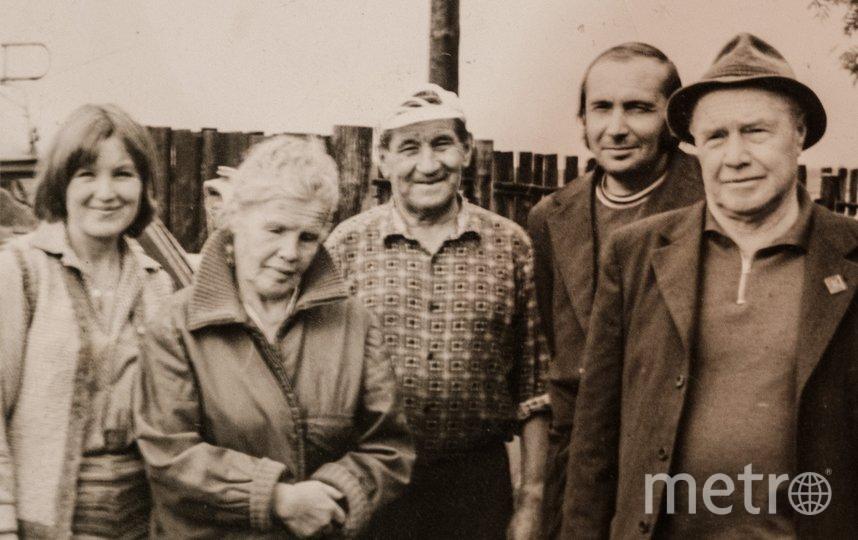 """1980-е. Андрей Бурханов (в центре, в кепке) с родственниками и друзьями. Фото предоставлено Ириной Балай, """"Metro"""""""