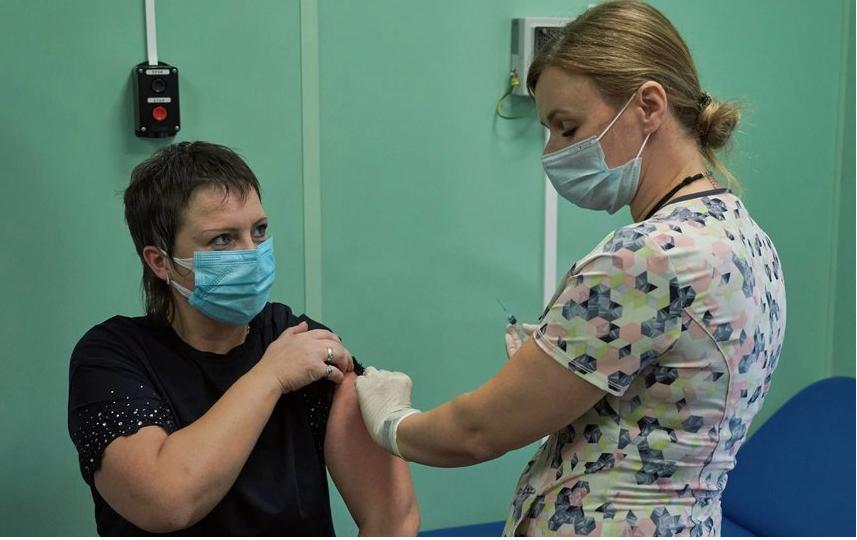 """Первые прививки – российские и не в ходе клинических исследований – поставили петербургским медикам  в начале октября. Фото """"Metro"""""""
