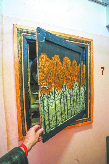 Дверца-картина легко открывается, за ней – пожарные кран и гидрант. Фото Василий Кузьмичёнок