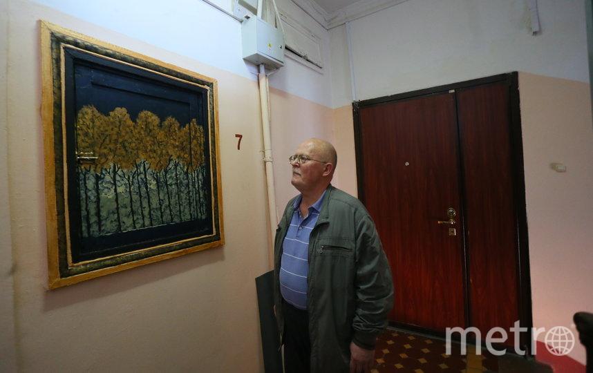 Один из соседей Сергей заинтересовался необычной работой. Фото Василий Кузьмичёнок