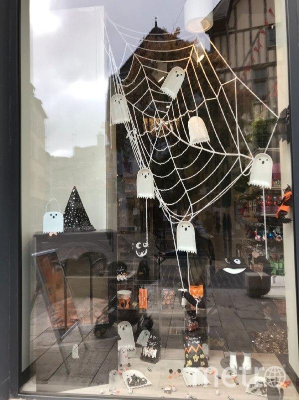 """Украшения к Хеллоуину останутся на витринах закрытых магазинов. Фото """"Metro"""""""