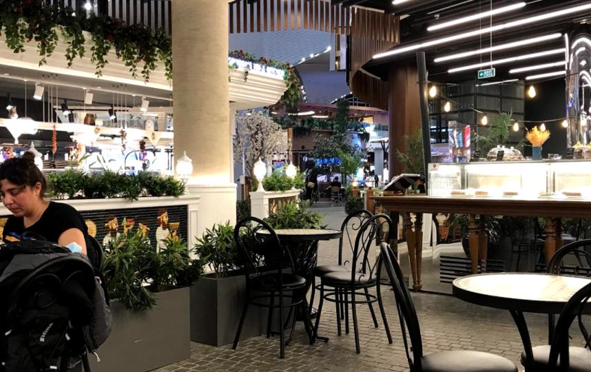 "Пустое кафе в аэропорту Стамбула. Фото ""Metro"""