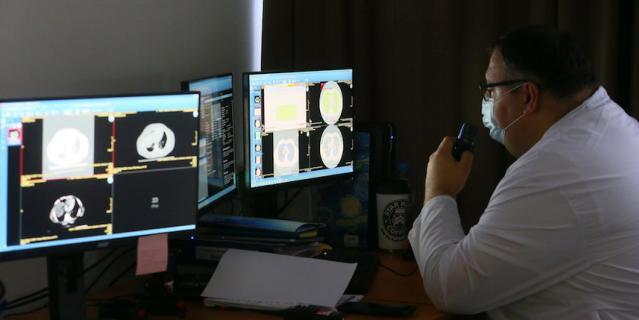 Анализировать результаты рентгенологических снимков и КТ врачам помогает специальная программа – искусственный интеллект ЕРИС.
