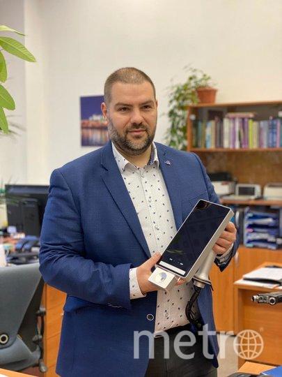 """Андрей Виленский показывает прибор, который можно будет крепить к терминалам в аэропортах. Фото предоставлено пресс-службой компании """"Медитекс"""""""