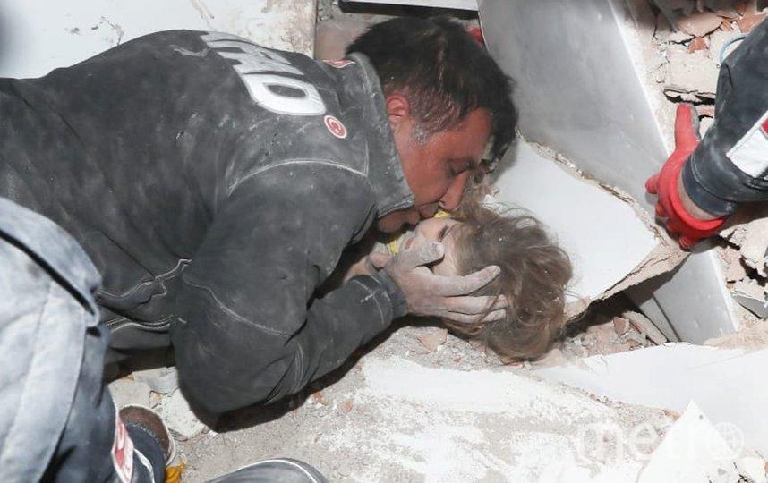 Девочка подала голос и ее нашли спасатели под развалинами многоквартиного дома. Фото https://news.sky.com/