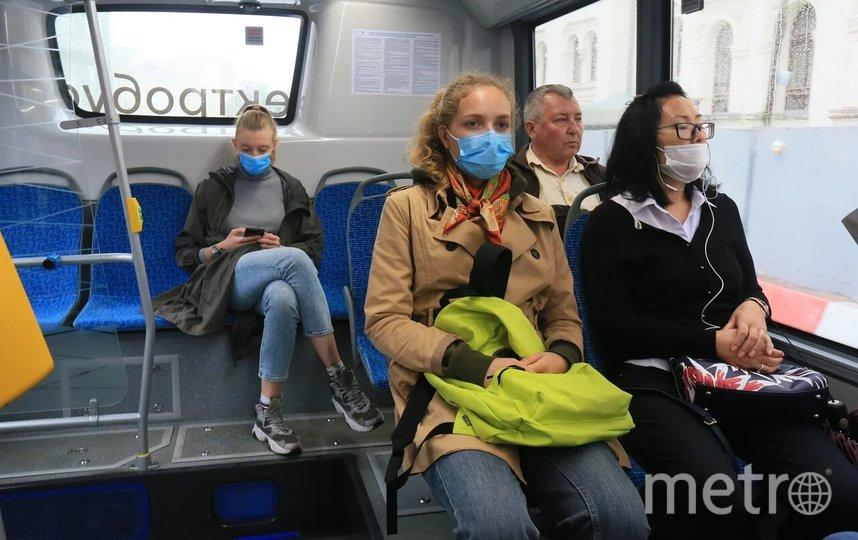 Средства индивидуальной защиты необходимо использовать в торговых центрах, магазинах, при поездках на любых видах общественного транспорта, а также в такси. Фото Василий Кузьмичёнок