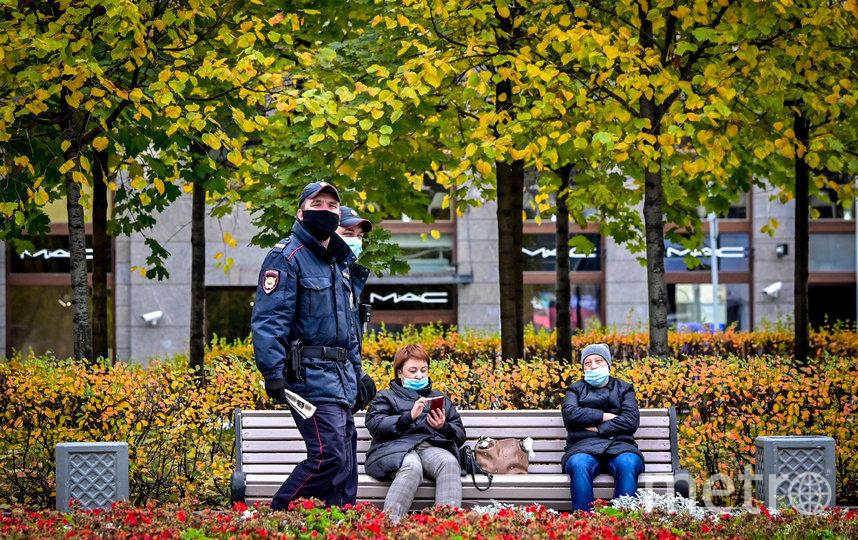 В Москве следят за соблюдением масочного режима. Фото AFP