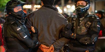 В США начались протесты: полиция жёстко задерживает демонстрантов (фото, видео)
