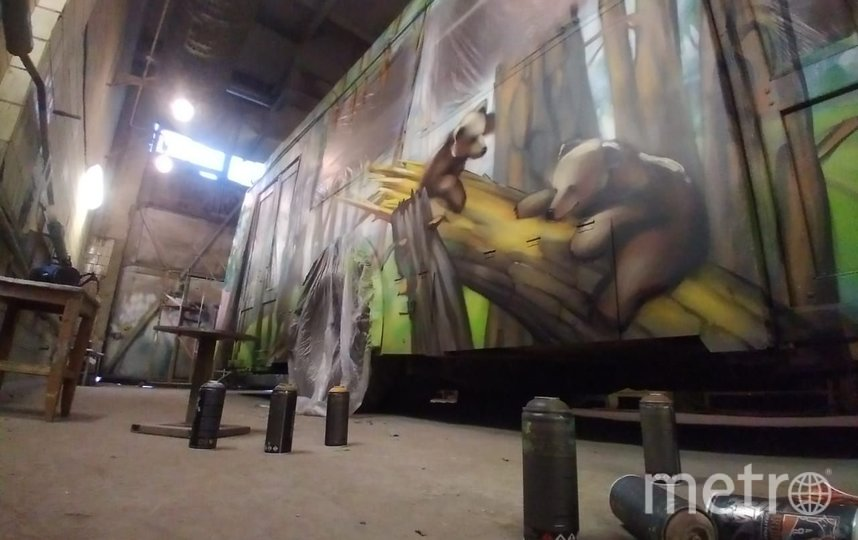 Илья Спиченков считает, что рисунки, наполненные теплотой и яркими красками, поднимут настроение пассажирам. Фото предоставлены героем материала