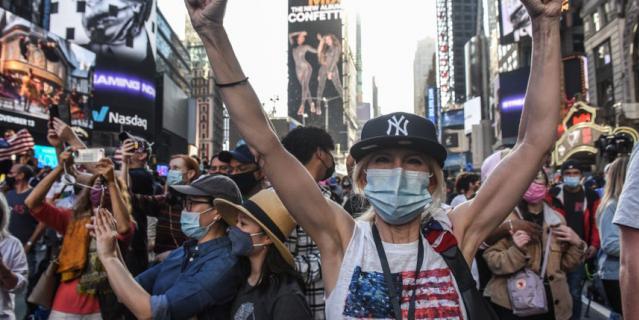 Нью-Йорк - город демократов. Люди ликуют на улицах, празднуя победу Байдена.