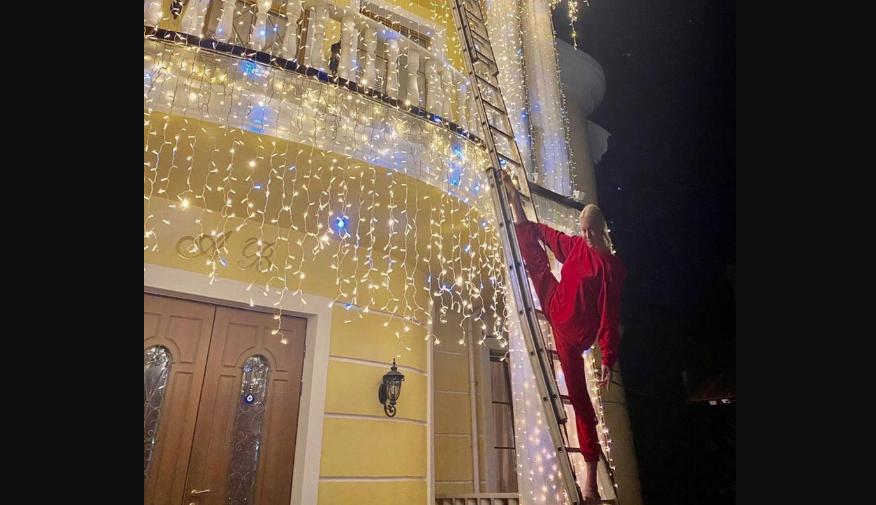 Волочкова в красном комбинезоне и ее фирменный шпагат. Фото https://www.instagram.com/volochkova_art/