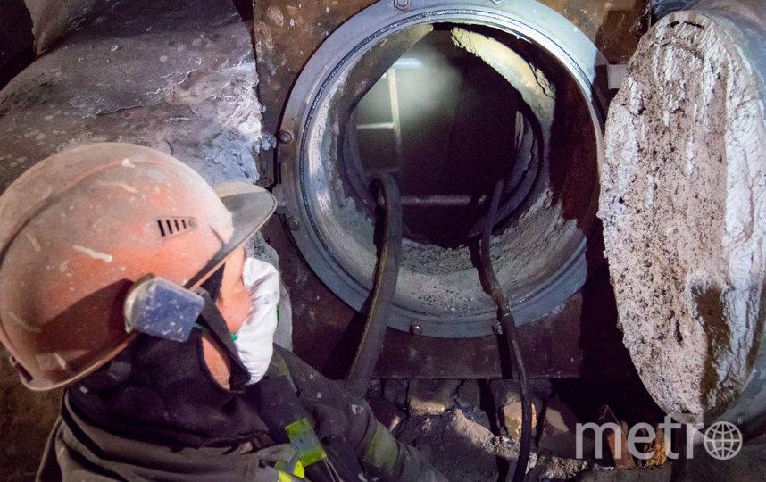 Одно из проявлений снижающегося КПД котла — повышенное шлакование внутри агрегата. На фото — пескоструйная чистка внутри котла.