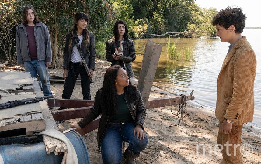 Алайя Ройял (в центре) сыграла предводительницу студентов, которые решают выйти к зомби. Хэлу Кампстону (крайний слева) досталась роль тихони. Фото AMC
