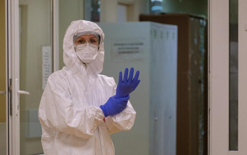 """Медики в респираторе и СИЗах проводят весь рабочий день. Фото Алена Бобрович, """"Metro"""""""