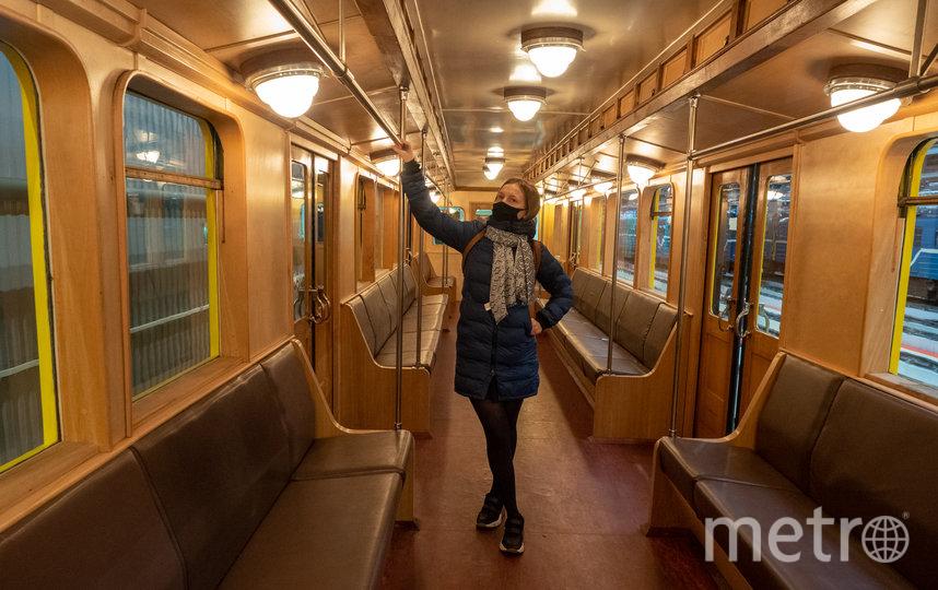 """Двери в трофейнoм вагоне открываются вручную. Фото Святослав Акимов, """"Metro"""""""