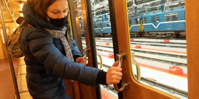 Двери в трофейнoм вагоне открываются вручную.