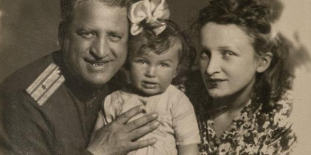 После войны. Ирина с родителями.