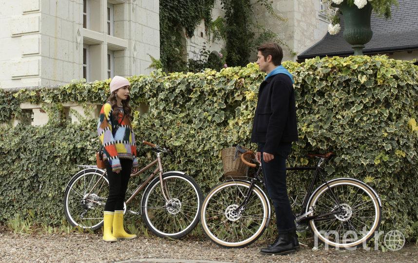 "Эмили и ее наряды. Фото кадр из фильма ""Эмили в Париже"""