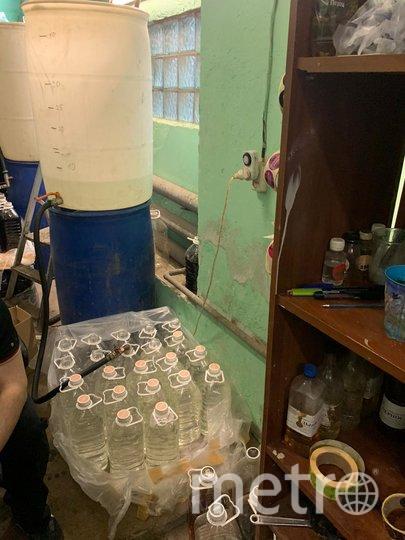 """В таких условиях могут разливать тот самый """"безопасный"""" алкоголь по пятилитровым канистрам и бутылям. Фото предоставлены пресс-службой УФСБ по Петербургу"""