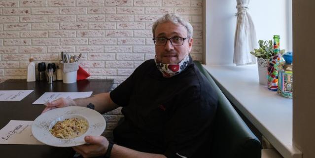 Джанни Тицци готовить научила бабушка. Свою первую пиццу он приготовил в 9 лет.