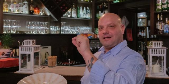 Миланец Марко Тальяферри учит русский язык дома и на работе, общаясь с посетителями.