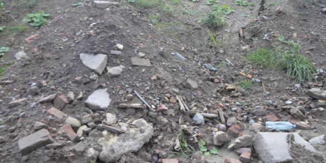Высота некоторых мусорных гор в несколько раз превышает человеческий рост.
