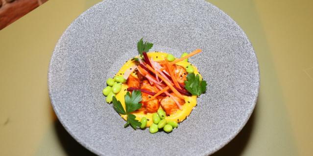 Мисо-лосось с кокосовым супом из обожжённых корнеплодов.
