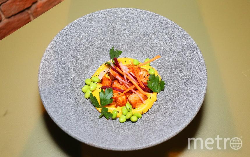 Мисо-лосось с кокосовым супом из обожжённых корнеплодов. Фото Василий Кузьмичёнок