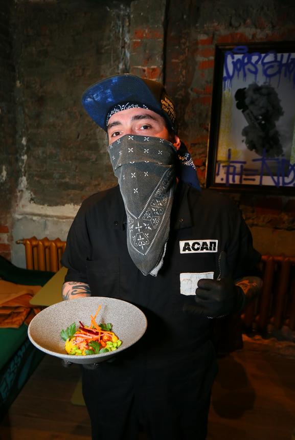 Интерьер и официанты создают ощущение, что проводишь время среди героев игры GTA. Фото Василий Кузьмичёнок