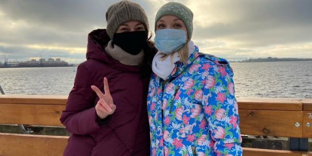 Ольга (справа), работает в сфере финансов.