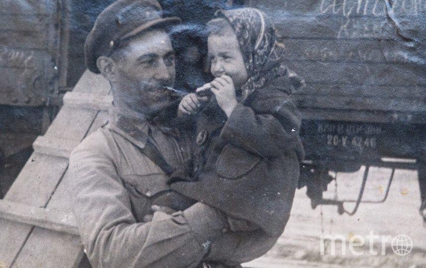 """Военные годы. Евгений Шапиро с дочерью Таней. Фото все фото из личного архива Татьяны Шапиро, """"Metro"""""""