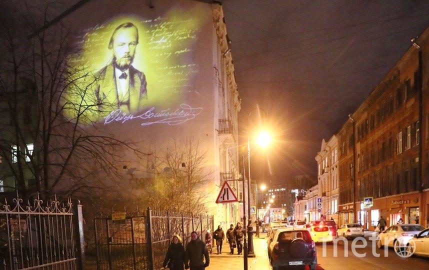 В Петербурге на стене здания появилась проекция портрета Федора Достоевского. Фото gov.spb.ru.