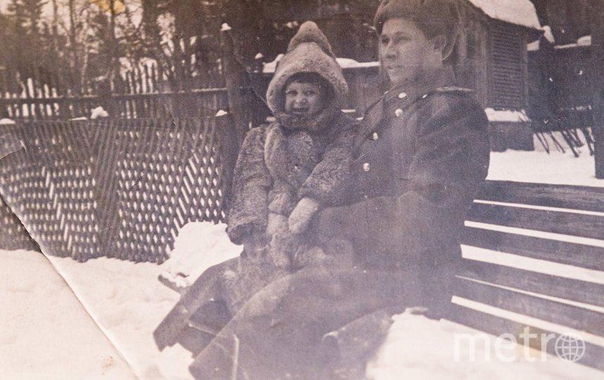 """1949 год, Николай Поздняков с дочерью Наташей. Кроличью шубку отец привёз ей из Германии. Фото из архива семьи Поздняковых, """"Metro"""""""