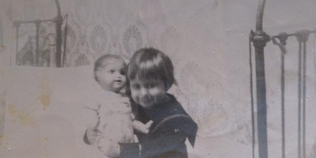 Наташа с папиным подарком – фарфоровой куклой.