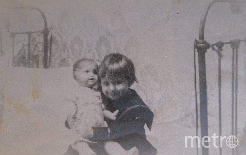"""Наташа с папиным подарком – фарфоровой куклой. Фото из архива семьи Поздняковых, """"Metro"""""""