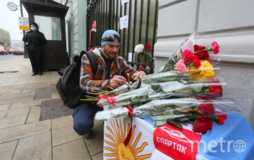 Алексей принёс к Посольству цветы и свечи. Фото Василий Кузьмичёнок