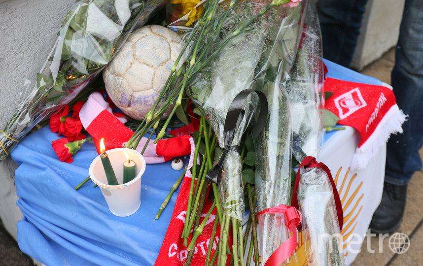 У Посольства Аргентины на Большой Ордынке образовался стихийный мемориал. Фото Василий Кузьмичёнок
