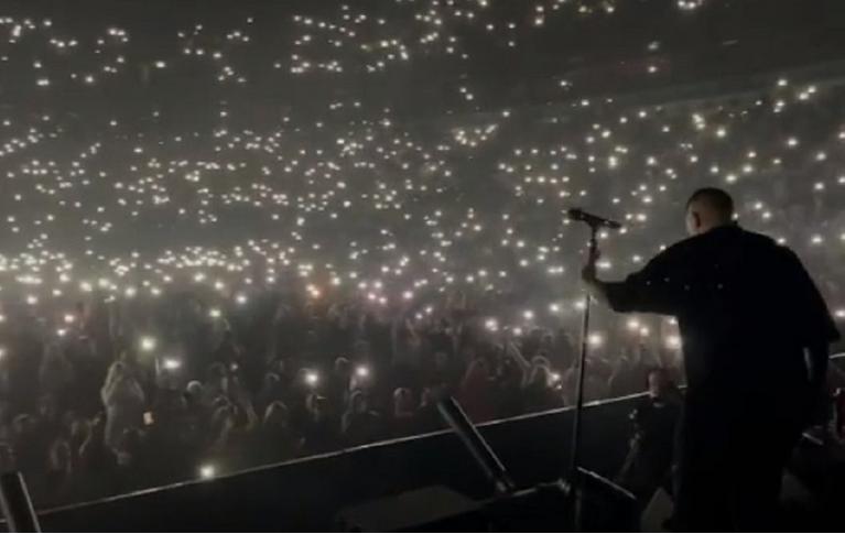 Несмотря на ограничения, на концерт собрались тысячи человек. Фото instagram.com/bastaakanoggano/