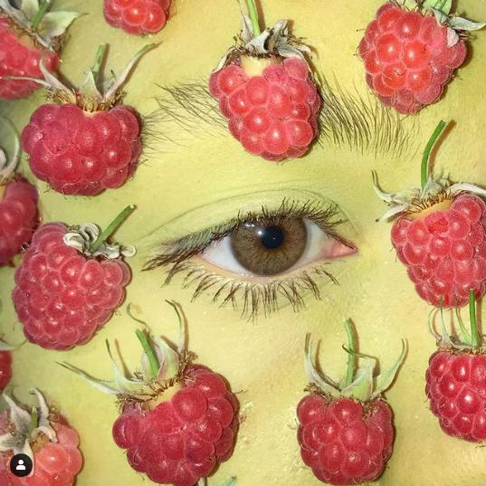 Анна придумывает не только маникюр и педикюр из живых растений, но и фантазийный мейкап. Фото Скриншот Instagram: @medergallery