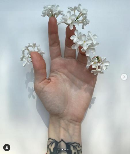 Петербурженка создаёт нейл-арт с живыми цветами. Фото Скриншот Instagram: @medergallery