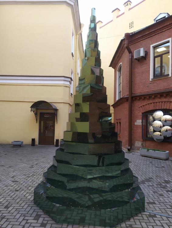 """Вот такая зеркальная елка появилась в Петербурге. Фото Святослав Акимов, """"Metro"""""""