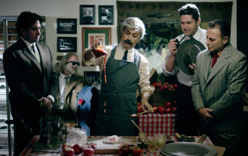 """В итальянском кино мафиози нередко сами готовят пиццу. Фото Кадр из фильма """"Пиццы мне, мафия!"""", Скриншот Youtube"""