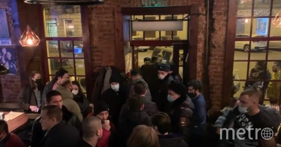 В ходе в рейда также были задержаны четыре человека. Фото ГУ МВД по Петербургу и Ленобласти.