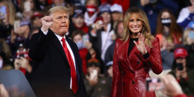 Мелания Трамп в красном пальто в Джорджии.