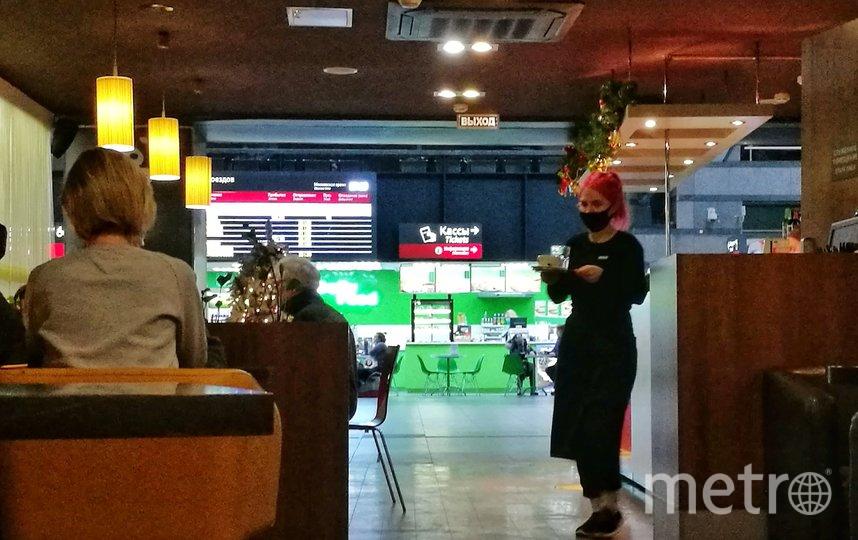 """Официанты возлагают большие надежды на праздники. Ладожский вокзал. Фото Алена Бобрович, """"Metro"""""""