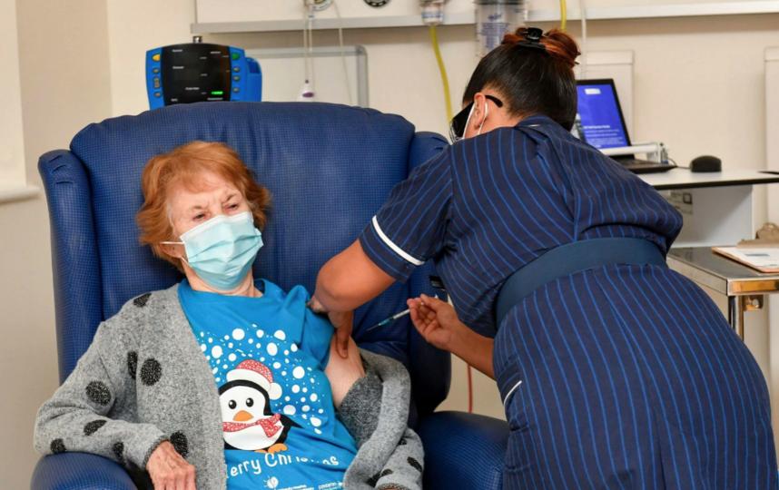Жительница Великобритании в возрасте 90 лет стала первым человеком в мире, сделавшим прививку от коронавируса производства Pfizer/BioNTech вне клинических испытаний. Фото https://twitter.com/NiveditaBarua1/status/1336215962706591744/photo/2