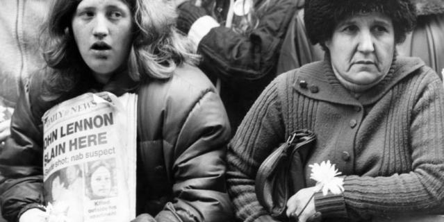 После смерти Леннона 40 лет назад фанаты вышли на улицы городов. Это фото сделано в Нью-Йорке.