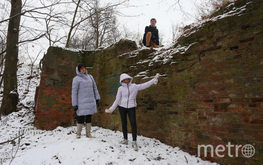 Муниципальные депутаты и экологи на фоне руин ресторана. Фото Василий Кузьмичёнок