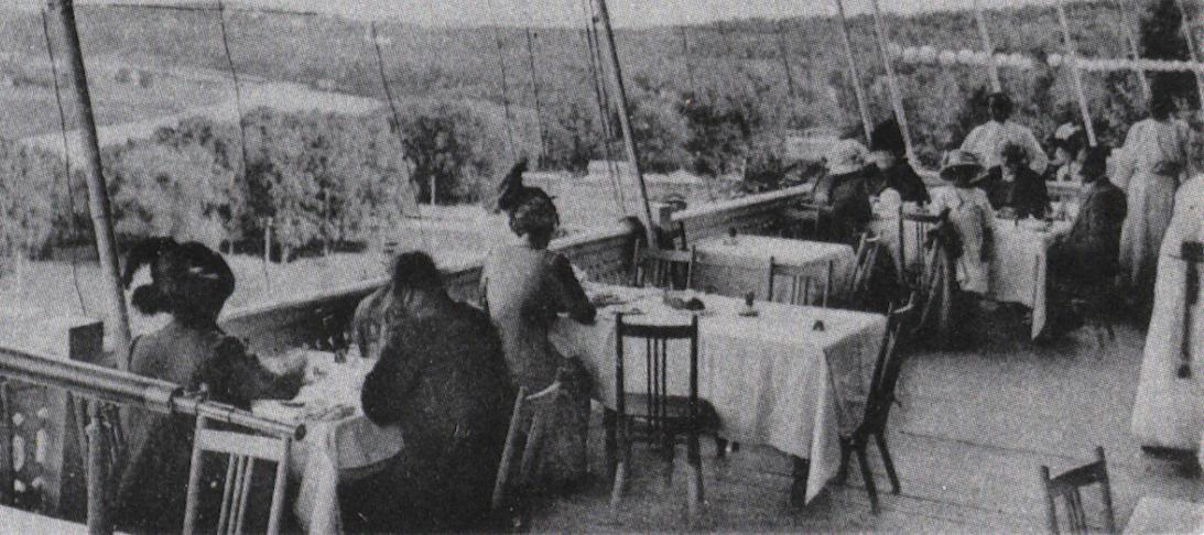 Лучшие места ресторана располагались на открытой террасе. Фото журнал «филокартия», №5, 2011
